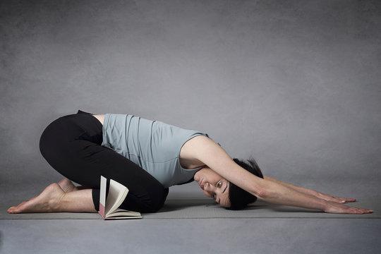 femme s'essayant au yoga
