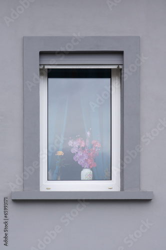 modernisiertes fenster mit rollladen stockfotos und. Black Bedroom Furniture Sets. Home Design Ideas