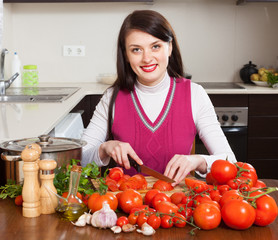 brunette woman slicing tomatoes
