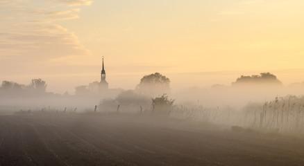 Zamglona panorama niemieckiej wsi