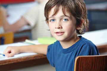 Junge im Unterricht in der Grundschule