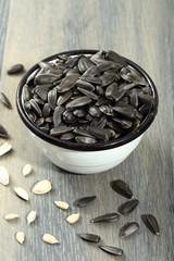 semi di girasole sfondo grigio
