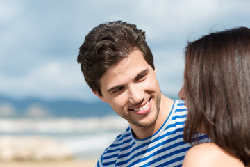 junges paar flirtet