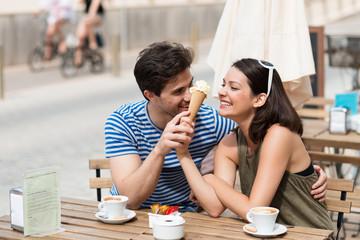 junges paar isst eis in einem café