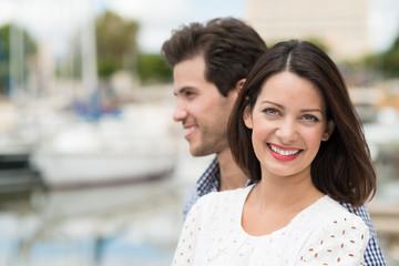 glückliches paar besucht eine stadt am meer