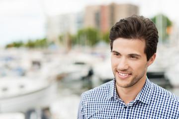 attraktiver mann am hafen