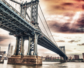 Wall Mural - Dusk colors of the sky over magnificent Manhattan Bridge
