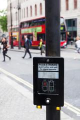 Drucktaste an Ampelanlage mit Bedienungsanleitung in London