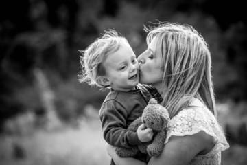 amour entre une jeune maman et son enfant