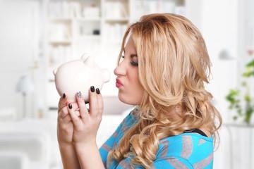 Frau und ihr Sparschwein