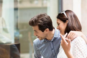junges paar beim einkaufsbummel