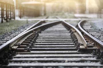 Fotorollo Eisenbahnschienen Bahngleis in der Abendsonne mit Haltestelle