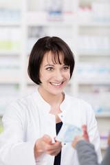 lächelnde apothekerin im verkaufsgespräch