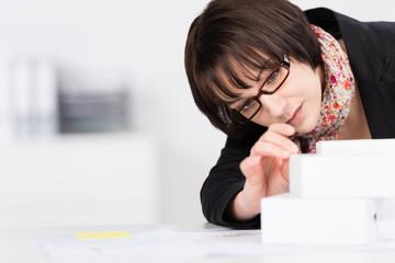 junge architektin arbeitet an einem model
