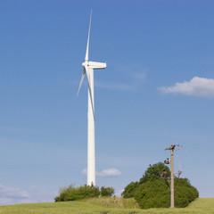 Windkraftanlage mit Strommast