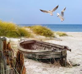 Photo sur Aluminium Bestsellers altes Fischerboot, Möwen, Strand und Meer