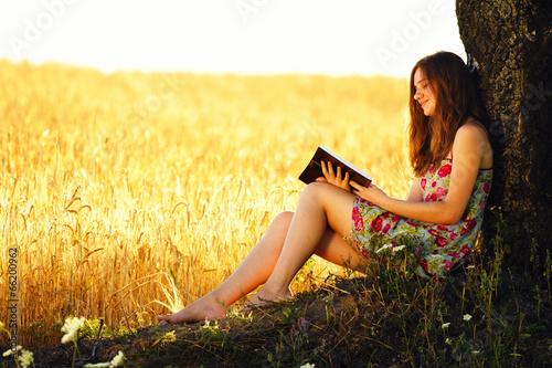 Девушка в поле с колосьями  № 1822148 бесплатно