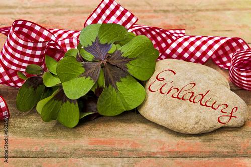 kleeblätter, geschenkband und stein auf holz, einladung, Einladungen