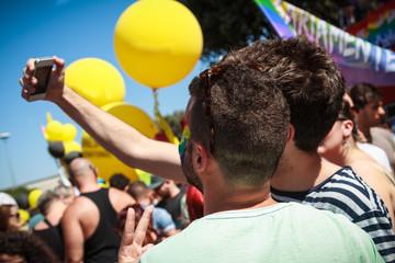 Selfie - Coppia di ragazzi gay si fotografa con uno smartphone