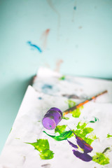 Farba fioletowy zielony tło pędzel