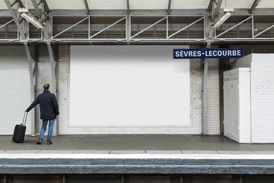 Panneau Publicitaire dans le Métropolitain Parisien