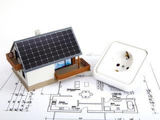 Haus mit Photovoltaik und Steckdose