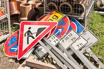 Bauarbeiten - Ein Stapel nicht benötigter Verkehrsschilder
