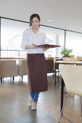 女性カフェ店員