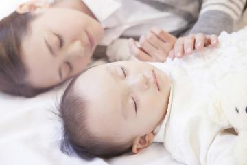 母親と眠る赤ちゃん