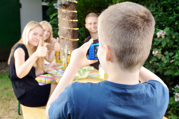 Junge fotografiert bei Garten-Party