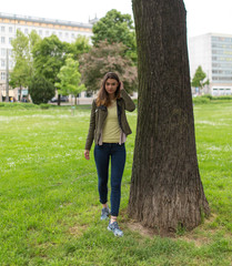 Junge Frau im Stadtpark und der Innenstadt
