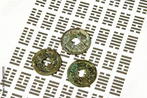 I Ging Orakel Mit Münzen Stockfotos Und Lizenzfreie Bilder Auf