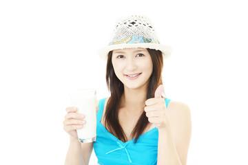 ミルクを飲む女性