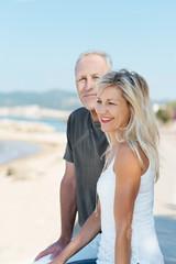glückliches älteres paar entspannt am meer