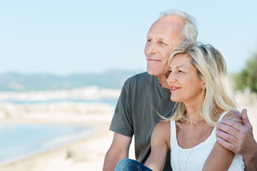 glückliches älteres paar schaut auf das meer