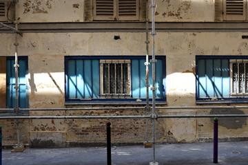 Échafaudage et façade aux volets bleus