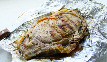 grillade de côte de bœuf,dans feuille d'aluminium