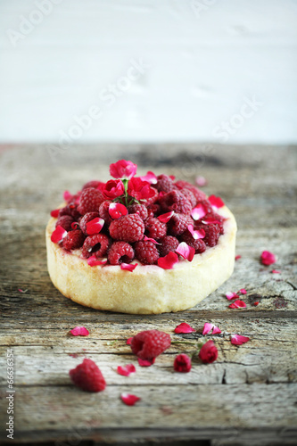 "Pie cake with fresh raspberries, rosewater and rose petals"" Imagens e ..."