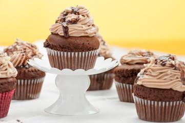 Cupcake al cioccolato appoggiato su un'alzatina