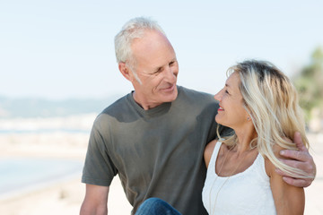 entspanntes älteres paar am strand