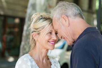 verliebtes älteres paar steht kopf an kopf