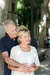 glückliches seniorenpaar besichtigt eine stadt