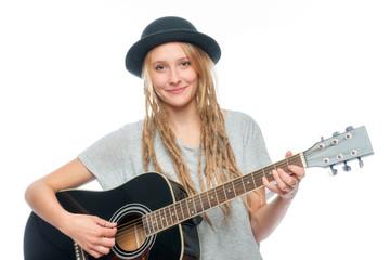 Mädchen mit Hut spielt Gitarre