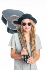 Blonde Frau mit Hut und Gitarre