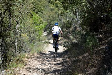 ciclista circulando por un camino en el campo