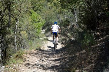 ciclista bajando por una camino de tierra en verano