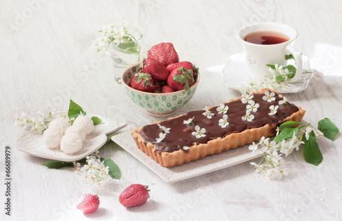 Пироженое с клюбникой и с чаем  № 2153829 бесплатно