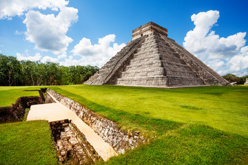 Foto auf Leinwand Mexiko Monument of Chichen Itza during summer in Mexico