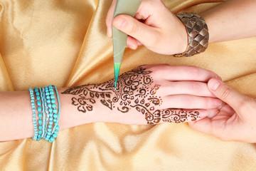 Process of applying Mehndi