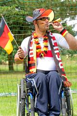 Fußballfan im Rollstuhl